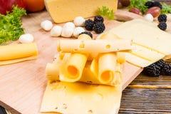 食家乳酪板装饰用新鲜水果 库存图片