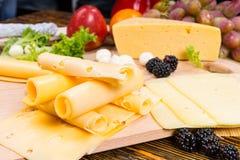 食家乳酪板装饰用新鲜水果 免版税库存照片
