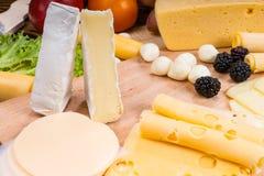 食家乳酪板装饰用莓果 免版税库存照片