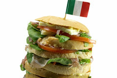 食家充塞了与蒜味咸腊肠乳酪和t许多层数的三明治  库存照片