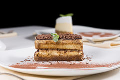 食家切片在白色板材的巧克力蛋糕 免版税图库摄影