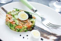食家开胃菜-三文鱼鞑靼用鲕梨 图库摄影