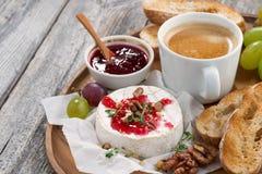 食家早餐软制乳酪用莓果果酱,多士,咖啡 免版税库存照片