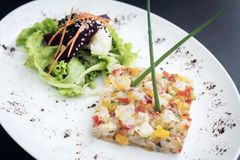 食家未加工的与芒果石灰和辣椒的金枪鱼鞑靼的ceviche 库存图片