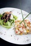 食家未加工的与芒果石灰和辣椒的金枪鱼鞑靼的ceviche 免版税图库摄影