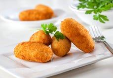 食家炸丸子,从西班牙的典型的塔帕纤维布食物 免版税库存照片
