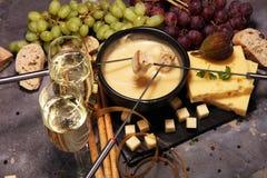 食家瑞士涮制菜肴晚餐在与被分类的ch的一个冬天晚上 库存图片