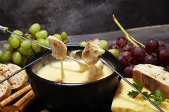 食家瑞士涮制菜肴晚餐在与被分类的ch的一个冬天晚上 免版税库存图片