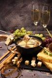 食家瑞士涮制菜肴晚餐在与被分类的ch的一个冬天晚上 免版税图库摄影