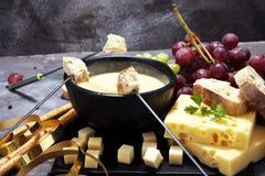 食家瑞士涮制菜肴晚餐在与被分类的ch的一个冬天晚上 免版税库存照片