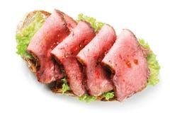 食家罕见的烤牛肉三明治 图库摄影
