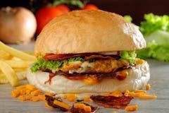 食家美国烟肉和乳酪汉堡 免版税库存照片