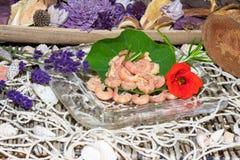食家虾服务用草本 免版税库存图片