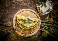 食家蛋煎蛋卷用芦笋和乳酪 免版税图库摄影