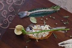 食家餐馆食物-可口熏制鲑鱼和菜沙拉 豪华开胃菜餐馆食物 免版税库存照片