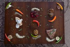 食家餐馆食物-可口熏制鲑鱼和菜沙拉 豪华开胃菜餐馆食物 库存照片
