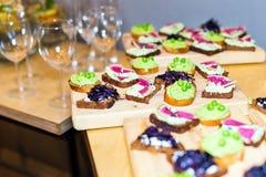 素食开胃菜木盘子在板台咖啡桌上的在宴会 免版税库存照片