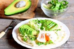 素食早餐用一个荷包蛋、鳄梨片、圆白菜、莴苣混合、玉米粉薄烙饼、调味汁和香料 库存照片
