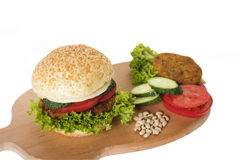 素食汉堡用豆小馅饼和新鲜蔬菜 免版税库存图片