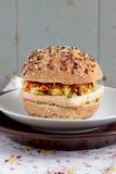 素食汉堡用整粒小圆面包、豆腐和菜 库存照片