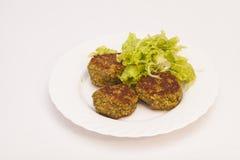 素食炸肉排用在白色板材的新鲜的沙拉 库存照片