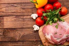 食物。烤肉的生肉与新鲜蔬菜 免版税图库摄影