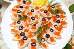 食物不同的盘在桌上的 免版税图库摄影