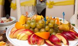 食物不同的盘在桌上的 免版税库存图片