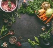 食物与成份的背景框架鲜美火腿飞腓节汤的:与骨头、根菜类、草本和香料的未加工的牛肉肉胫骨 图库摄影