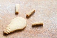 食物与曲奇饼电灯泡的启发概念 库存照片