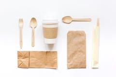 食物与纸袋的交付workdesk和塑料杯子制表背景顶视图大模型 免版税库存照片