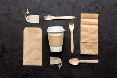 食物与纸袋的交付workdesk和塑料杯子制表背景顶视图大模型 免版税图库摄影