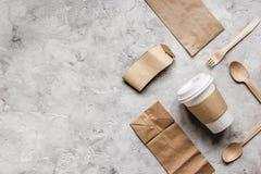 食物与纸袋的交付workdesk和塑料杯子制表背景顶视图大模型 库存图片