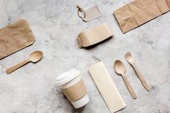 食物与纸袋的交付workdesk和塑料杯子制表背景顶视图大模型 库存照片