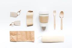 食物与纸袋的交付workdesk和塑料杯子制表背景顶视图大模型 免版税库存图片