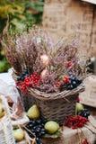 食物与花、莓果和梨的摄影篮子在桌上 库存图片