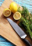 食物为由成份的调味汁沙拉做准备是柠檬和香菜在木刻 图库摄影