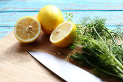 食物为由成份的调味汁沙拉做准备是柠檬和香菜在木刻 免版税库存图片