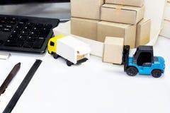 食物交付:货物运输或包裹发货在b 免版税库存图片