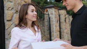 食物交付 给有比萨户外的传讯者妇女箱子 影视素材