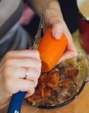 食物例证厨房准备向量妇女 素食桌的擦红色红萝卜 免版税库存照片
