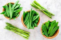食物健康素食主义者 芦笋和豌豆在灰色石背景顶视图 库存图片