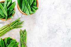 食物健康素食主义者 芦笋和豌豆在灰色石背景顶视图copyspace 免版税库存图片