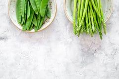 食物健康素食主义者 芦笋和豌豆在灰色石背景顶视图copyspace 库存照片