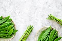 食物健康素食主义者 芦笋和豌豆在灰色石背景顶视图copyspace 免版税图库摄影