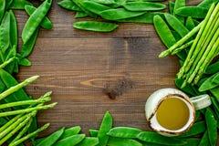 食物健康素食主义者 芦笋和豌豆在黑暗的木背景顶视图copyspace 图库摄影