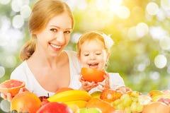 食物健康素食主义者 愉快的家庭母亲和小女儿w 免版税库存图片