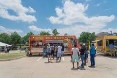 食物卡车供营商以顾客购买和食物口味品种  图库摄影