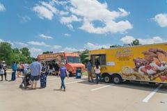 食物卡车供营商以顾客购买和食物口味品种  库存图片