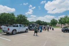 食物卡车供营商以顾客购买和食物口味品种  免版税库存图片